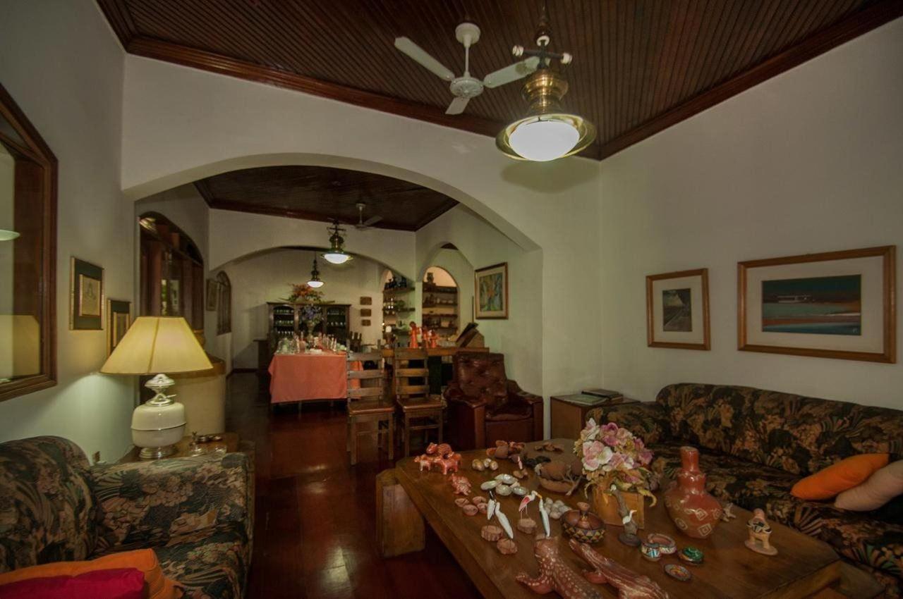 Sala de leitura e sala de estar Pousada Águas do Pantanal.jpg