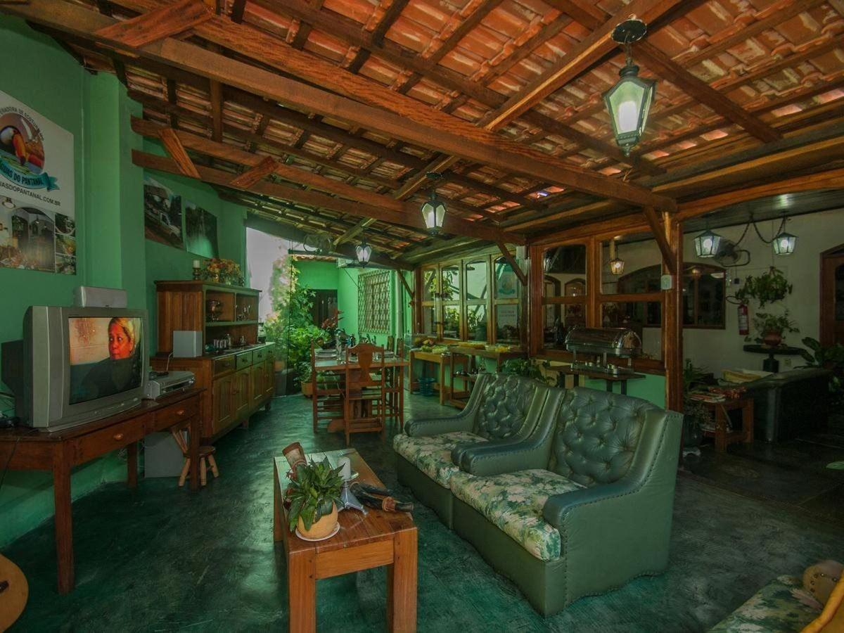 Sala de Estar com TV Pousada Águas do Pantanal Inn.jpg