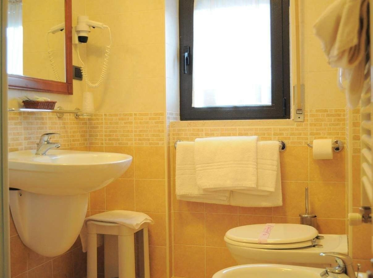 bagno-camera-matrimoniale-con-finestra