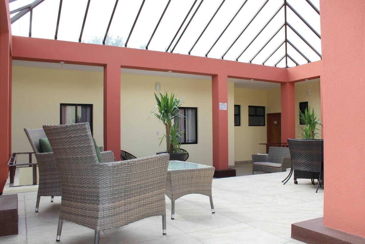 Patio Planta Alta y Vista de las ventanas de habitación Tipo Booking