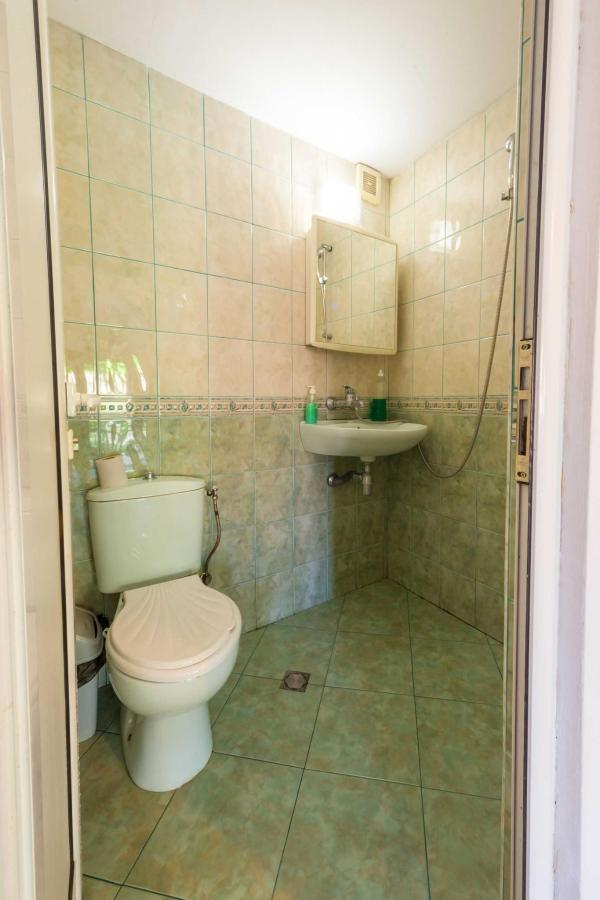 Shared bathroom 2nd floor.jpg