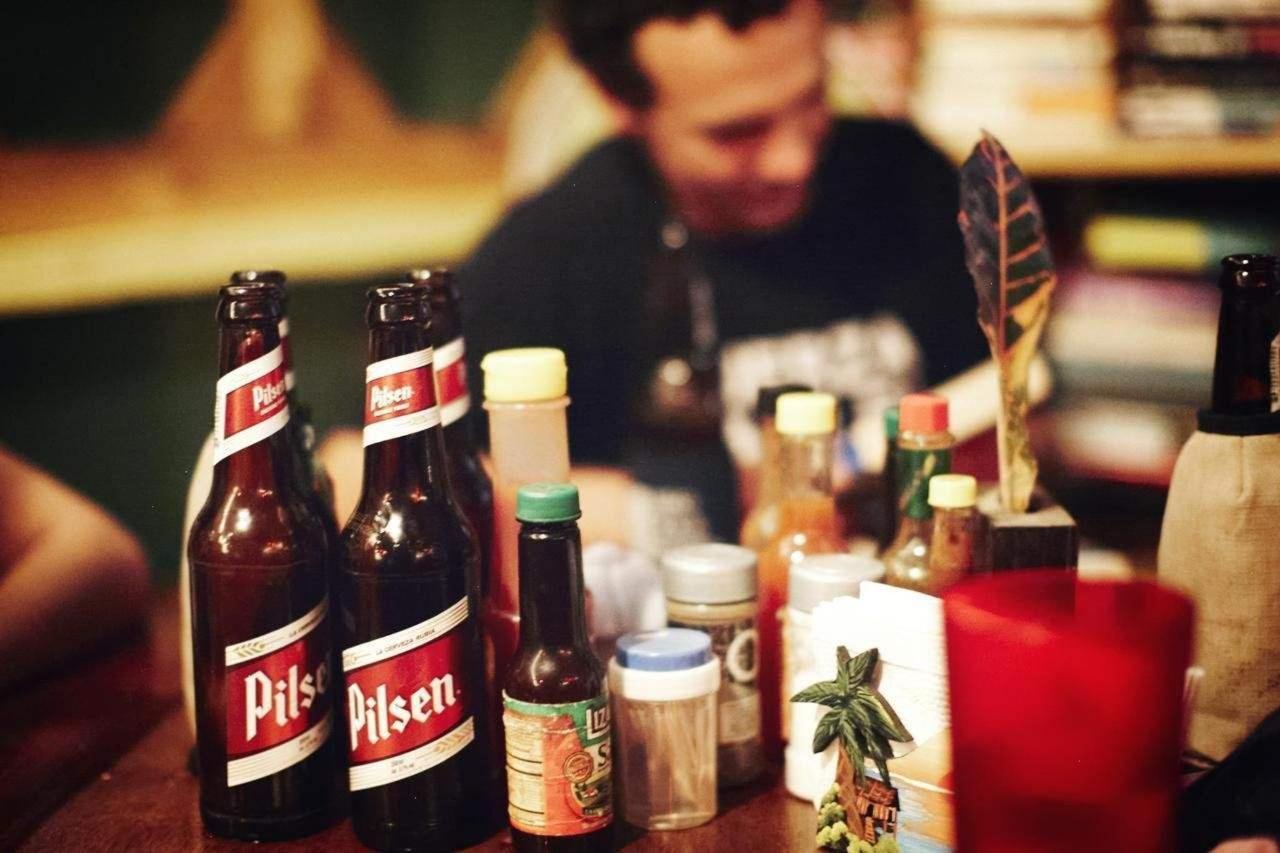 Entspannen Sie bei Bier und Essen.