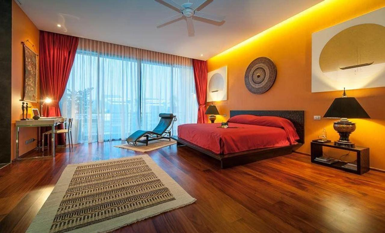 Master bedroom - red & gold modern style