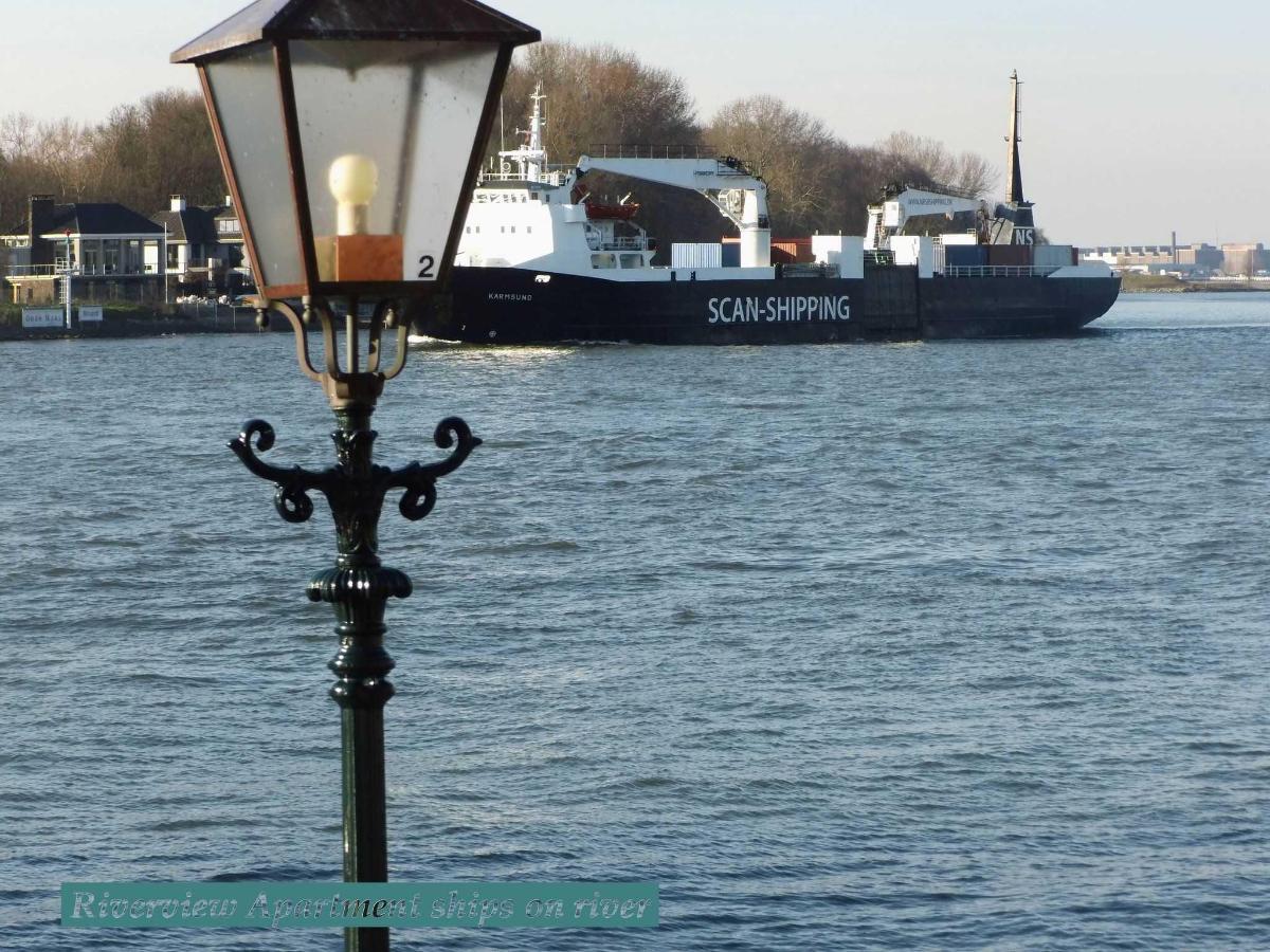 Zicht op rivier met zeeschip