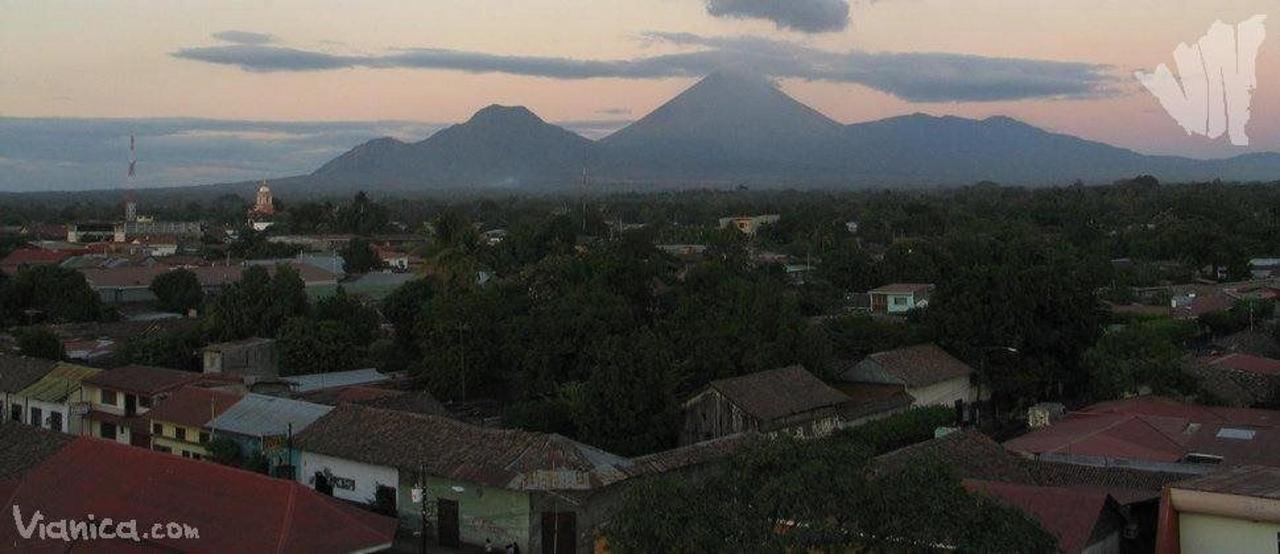 Vista Panorámica de la ciudad de Chinandega y sus Volcanes.