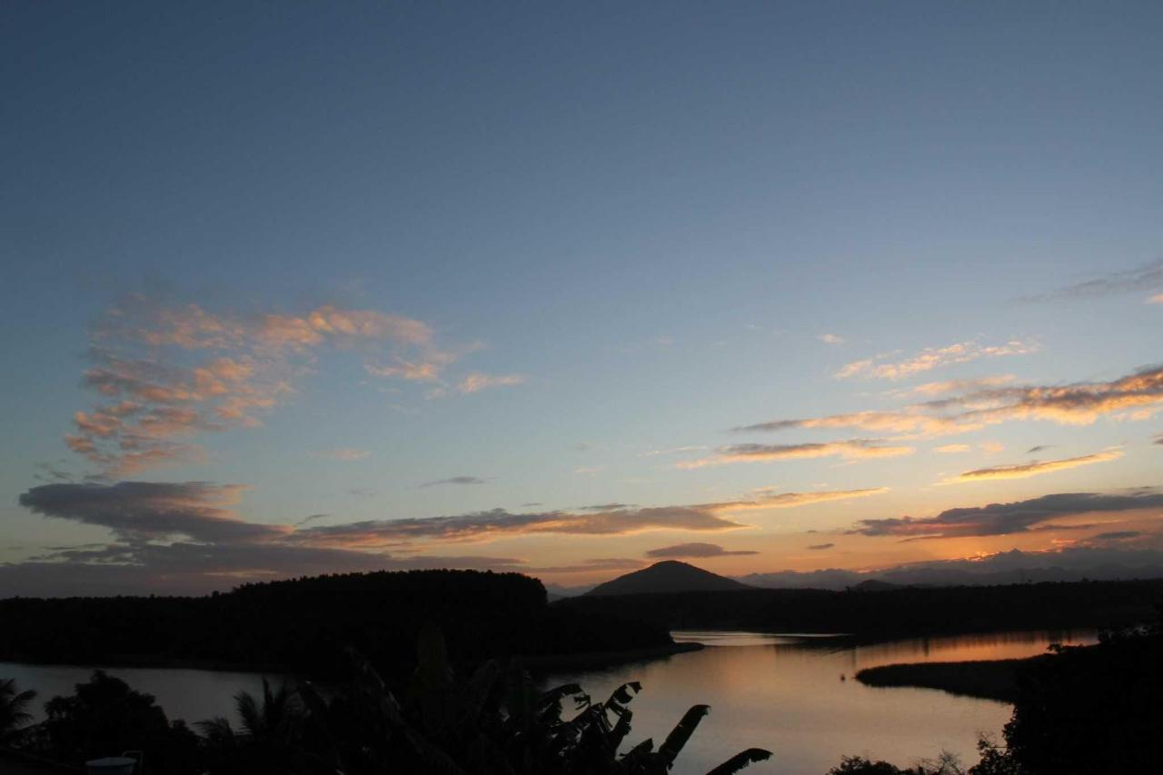 Lagoa Maembá que circunda a vila