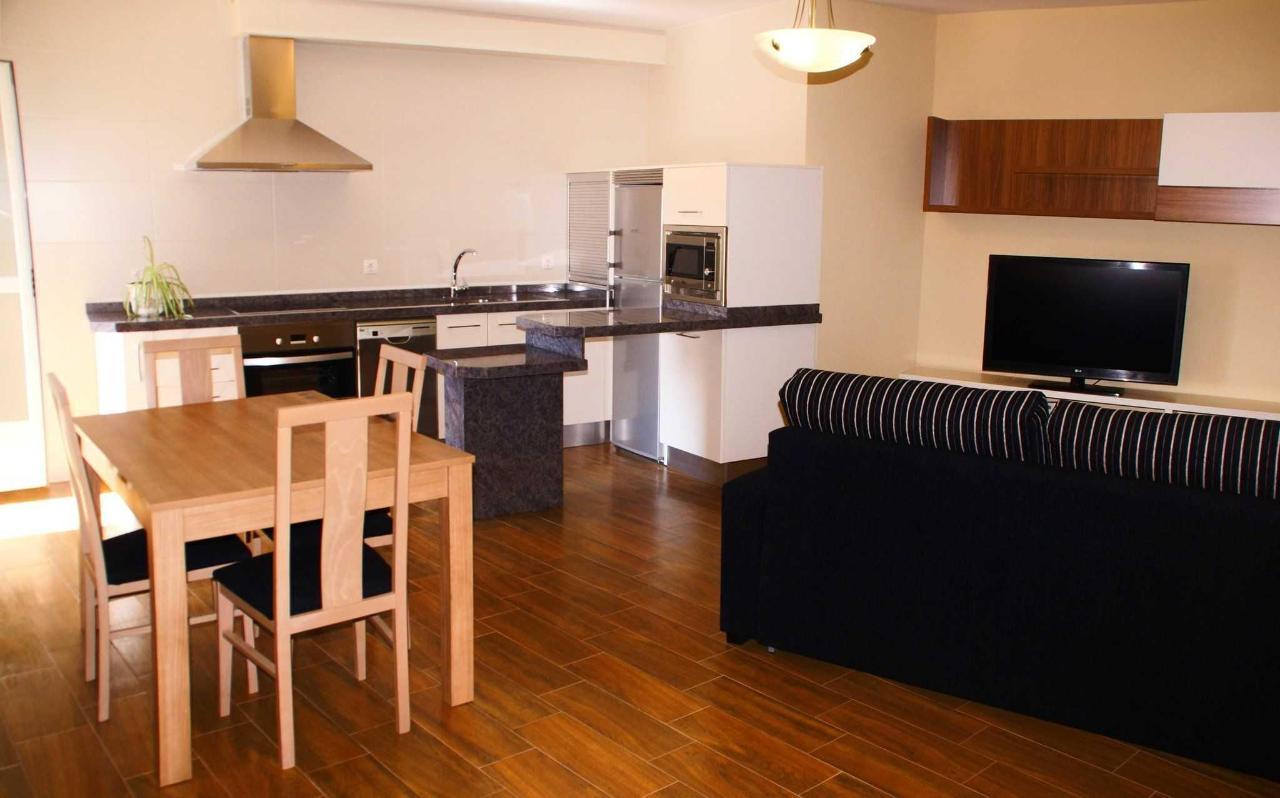 Salón-Cocina del Apartamento Cuatro Estaciones: mesa y sillas de comedor y sofá cama