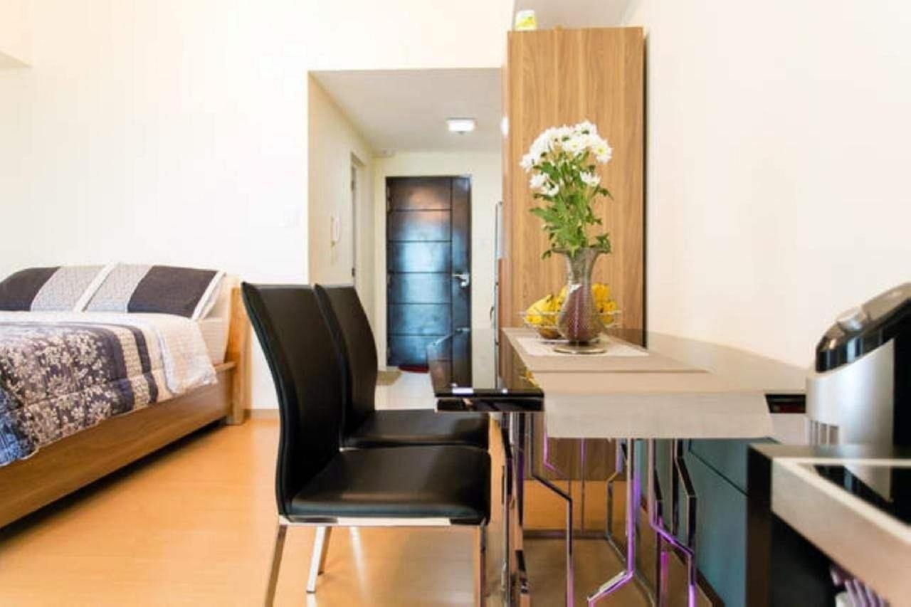 Studio dining suite