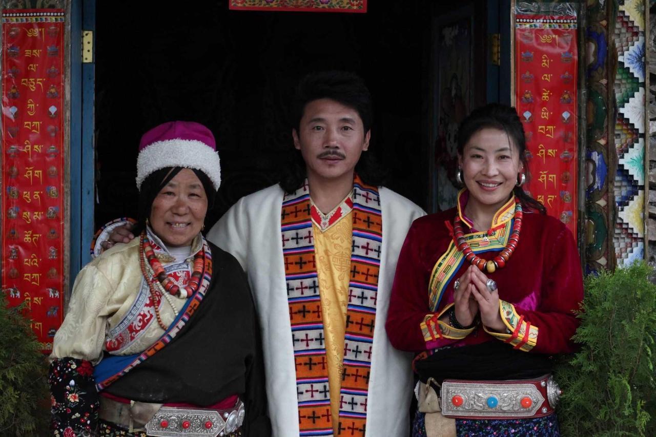 Ama and Zhuo Ma with famous Tibetan singer, Rong Zhong Er Jia.