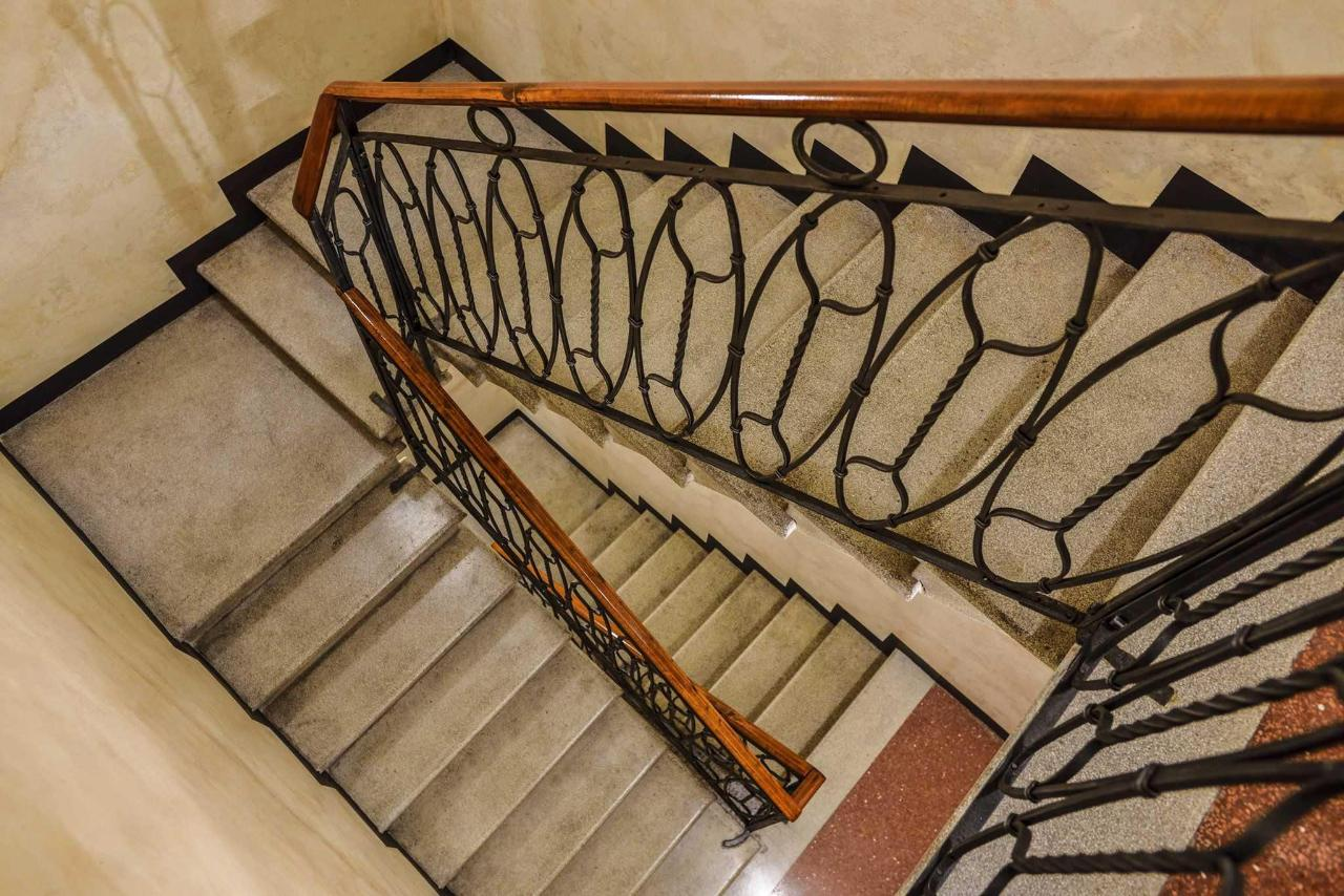 Dettaglio scalinata in ferro battuto