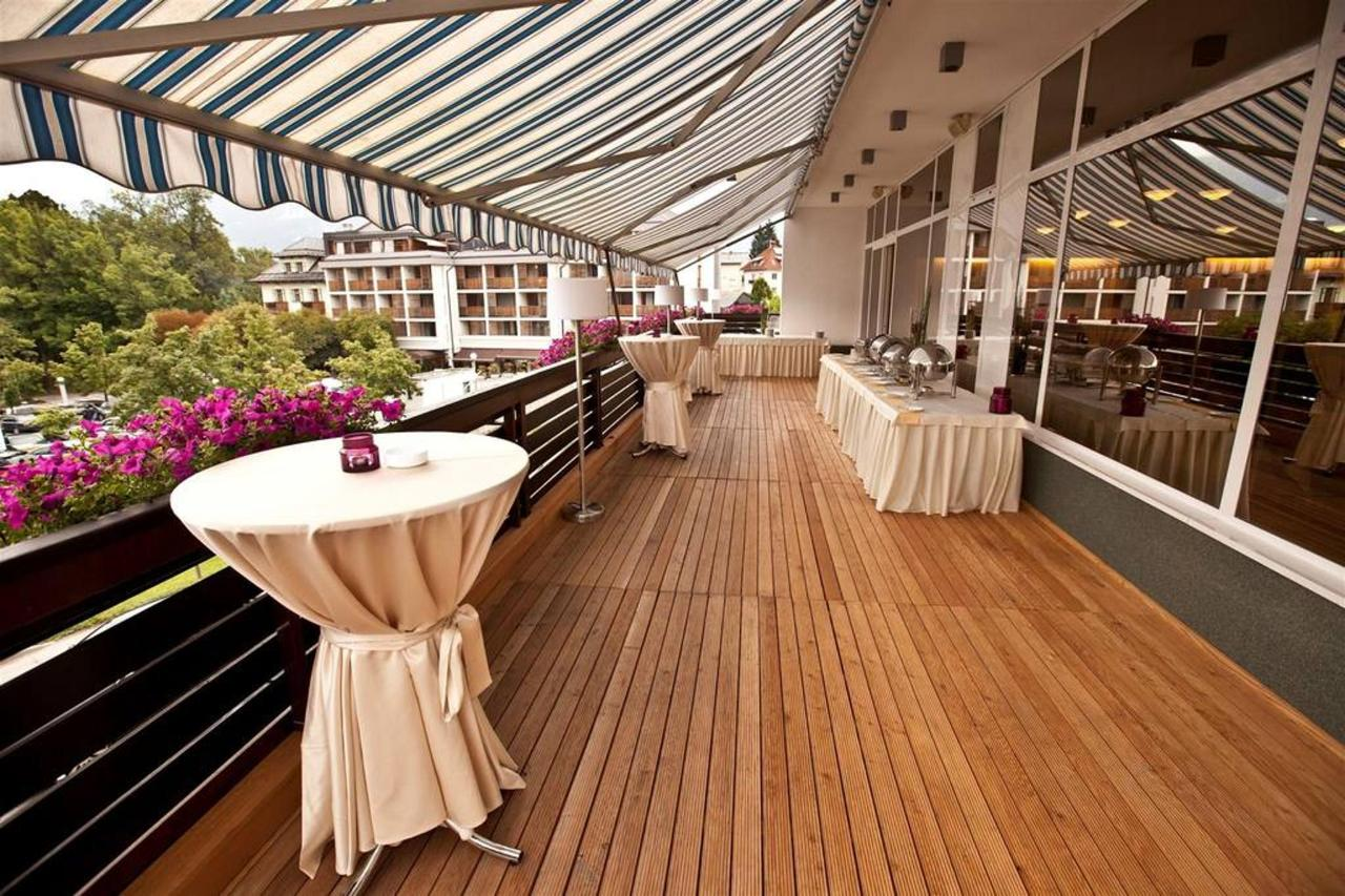 Hotel Kompas Bled - Terrace with buffet offer