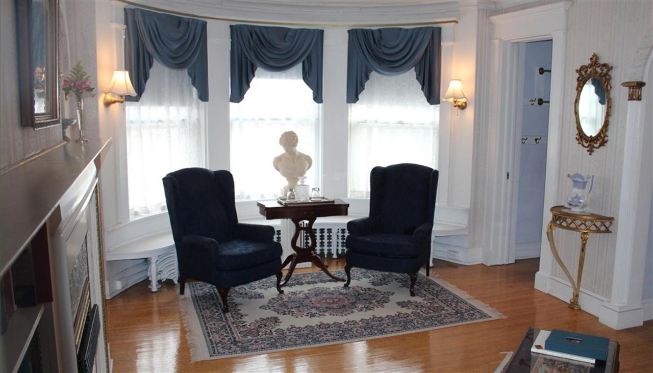 ew-living-room.jpg.1024x0.jpg