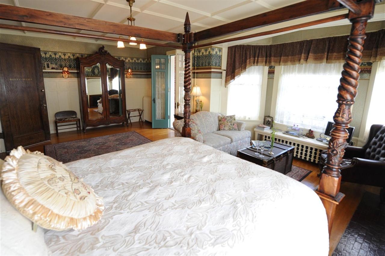 ls-bed-view-of-armoir.jpg.1024x0.jpg