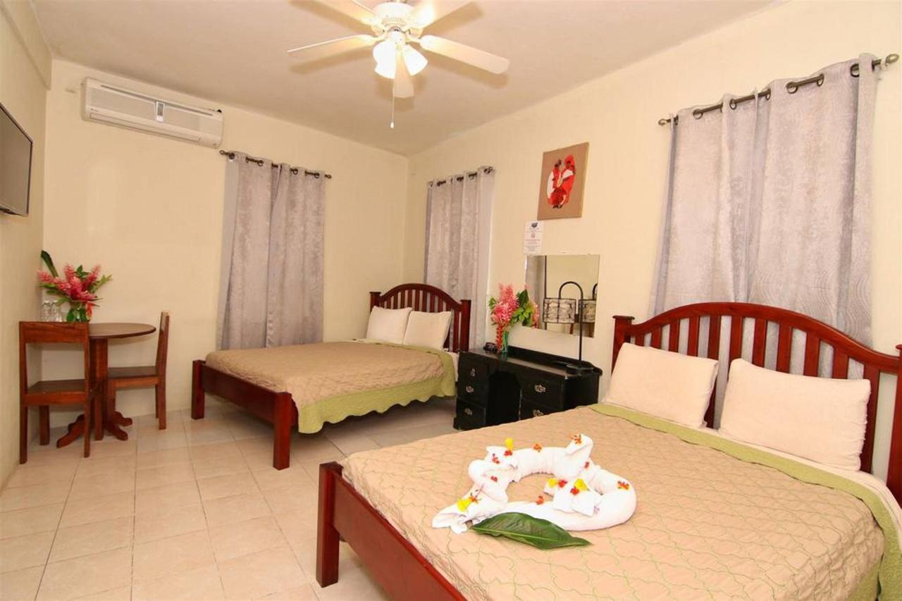 Alojamiento Rain Forest inn suite 4 beds.JPG