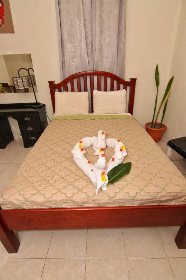 Accomodations Rain Forest inn suite 4 bedroom and towel.JPG