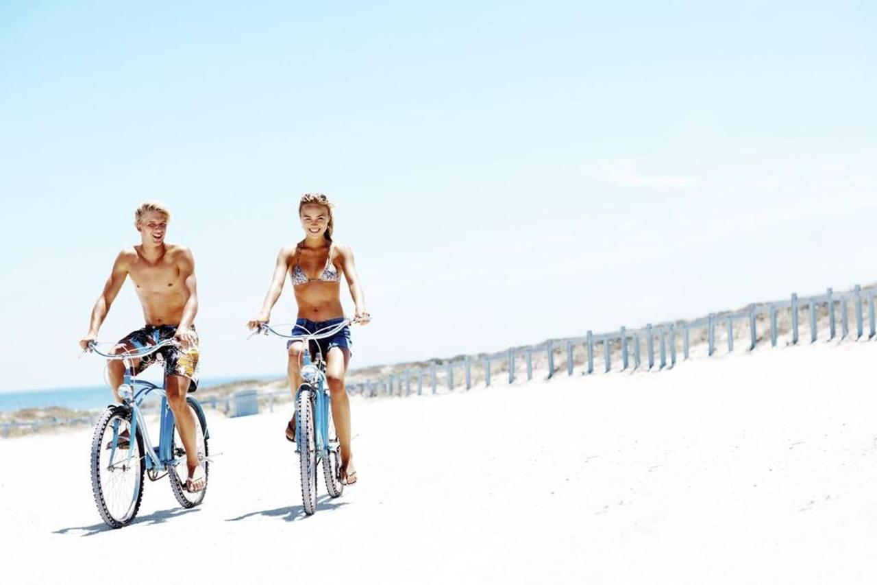 couple-on-beach-with-bicycles.jpg.1024x0.jpg