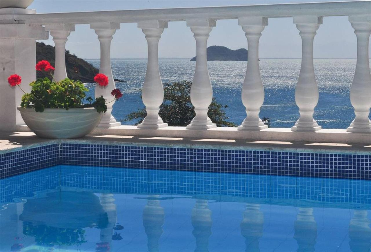 Piscina y vistas a mar.jpg
