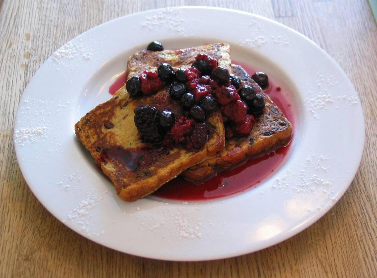 vanilla-maple-french-toast-with-a-warm-berry-compote.jpg.1024x0.jpg