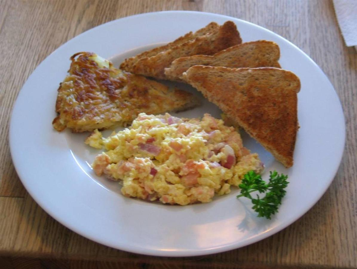 scrambled-eggs-with-smoked-salmon-red-onion-and-cream-cheese.jpg.1024x0.jpg