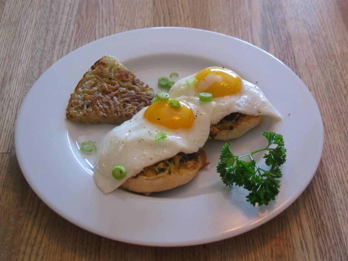 fried-egg-and-sausage-breakfast-pizza-on-an-english-muffin.jpg.1024x0.jpg