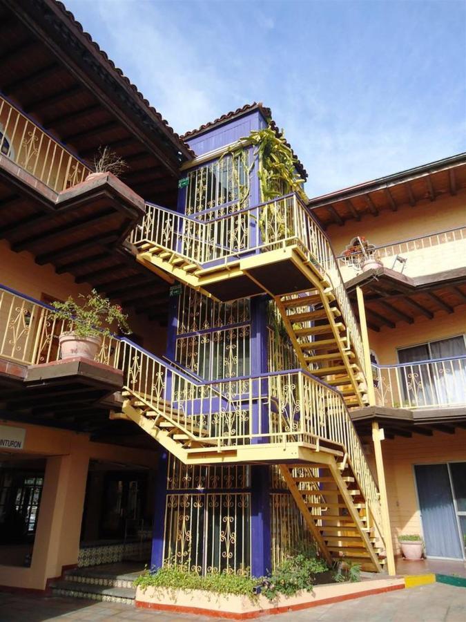 El Hotel - Escaleras.jpg