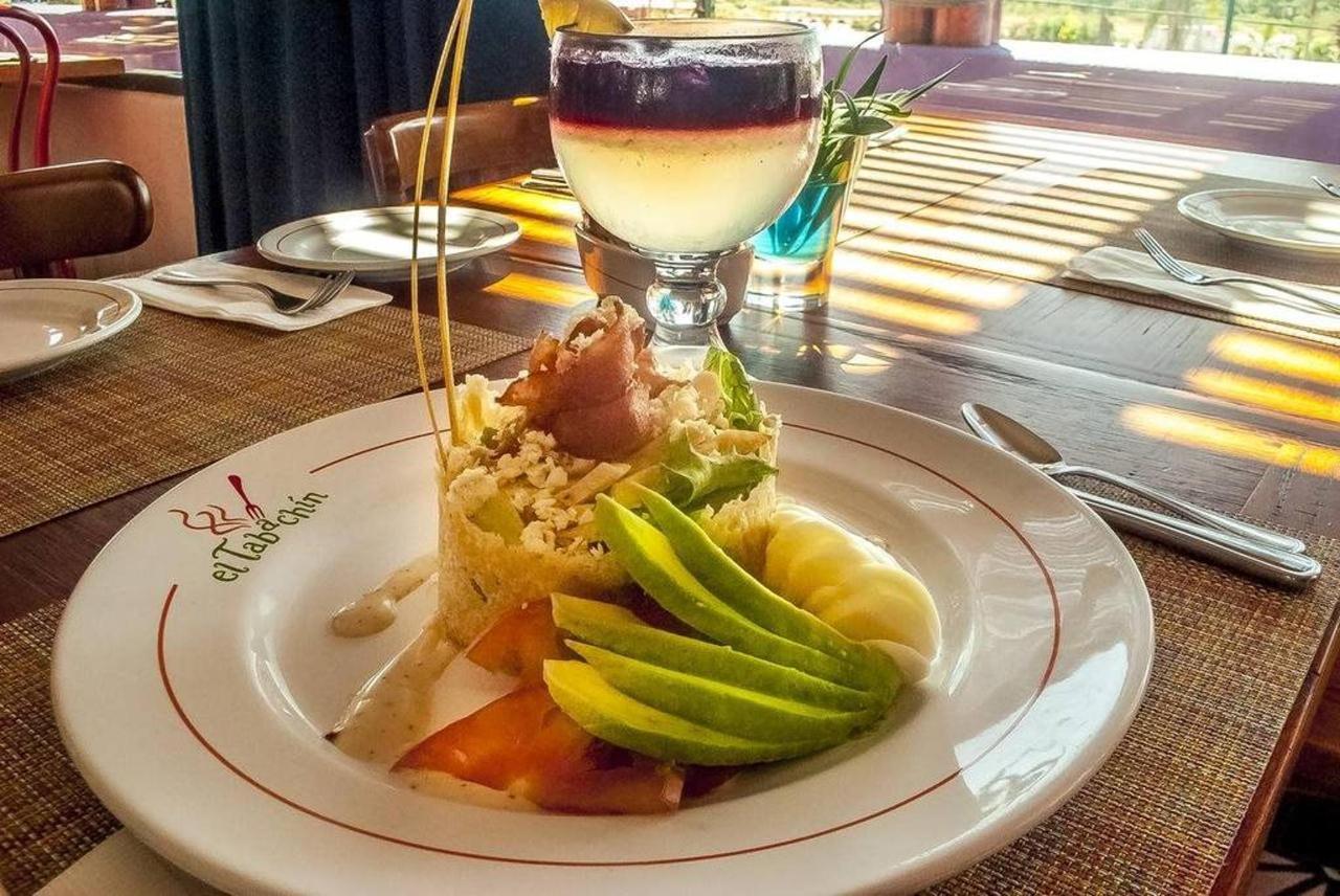 Hotel Los Patios - Almuerzo en el restaurante.jpg