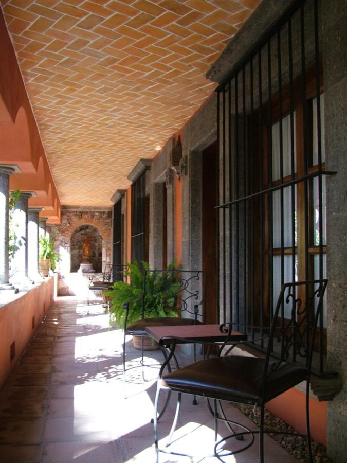 Pasillo Habitaciones Estándar, Hotel Casa Rosada Adults Only, Guanajuato, Mexico.jpg