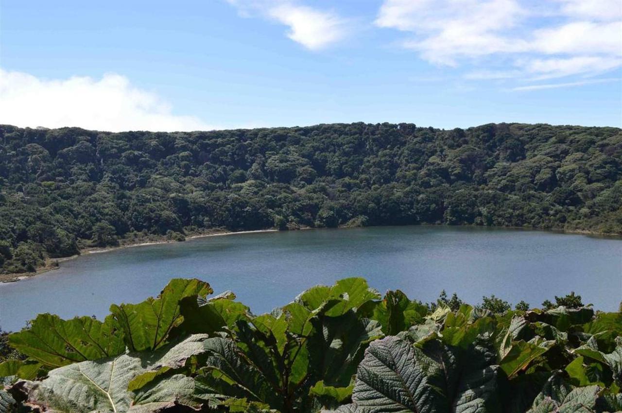 Laguna Cerro Chato, Paisaje, Alajuela, Costa Rica.jpg