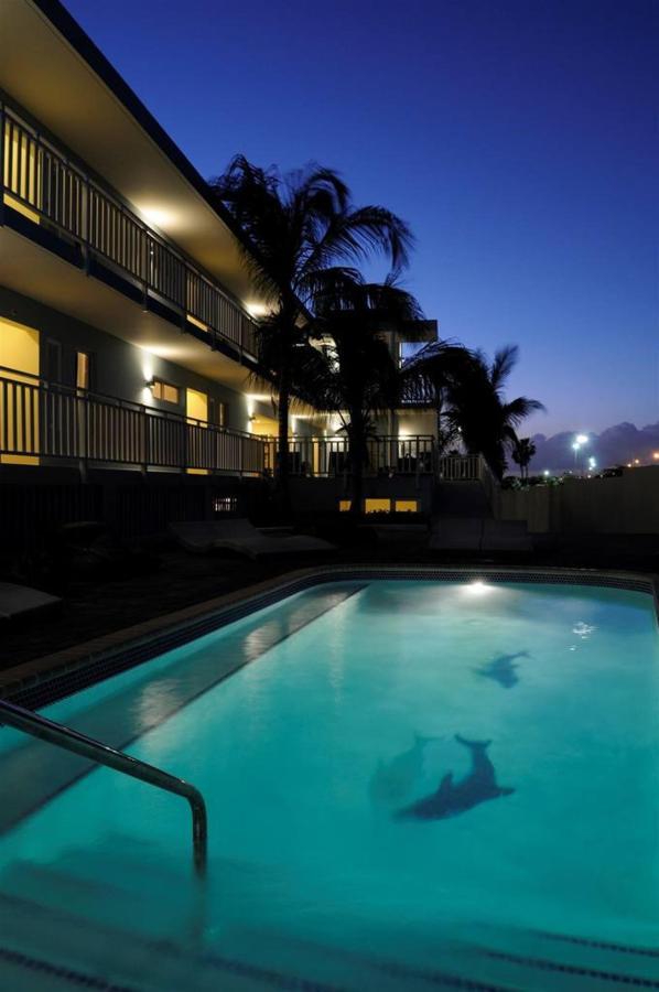 DS -Pool by night, Dolphin Suites, Willemstad, Curaçao.jpg