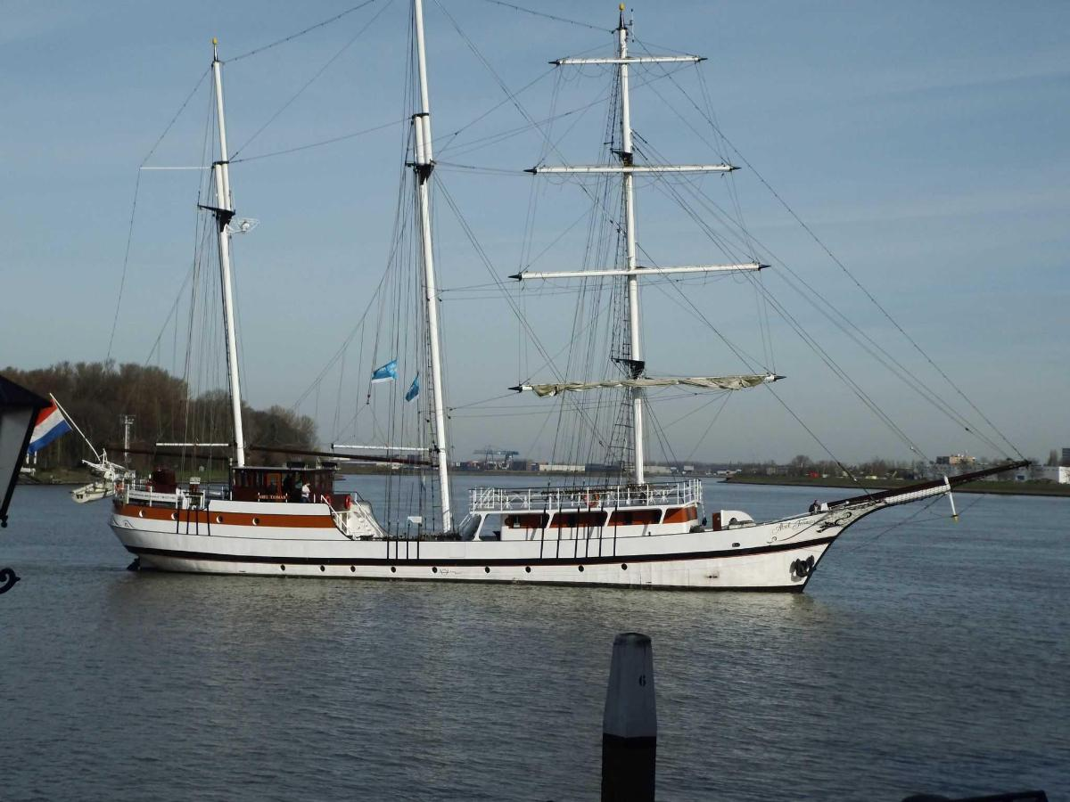 Udsigt på floden med Tallship.JPG