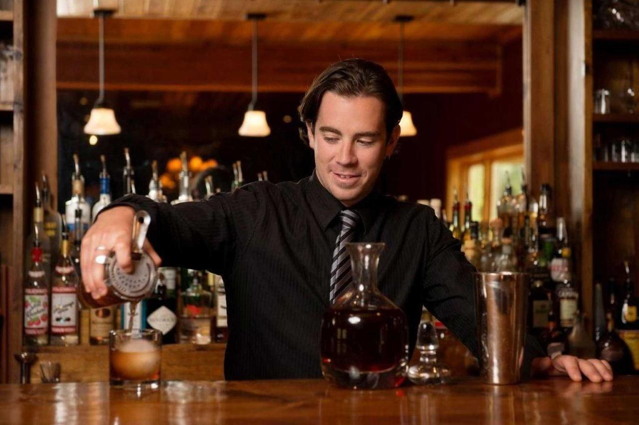 bartender.jpg.1920x0.jpg