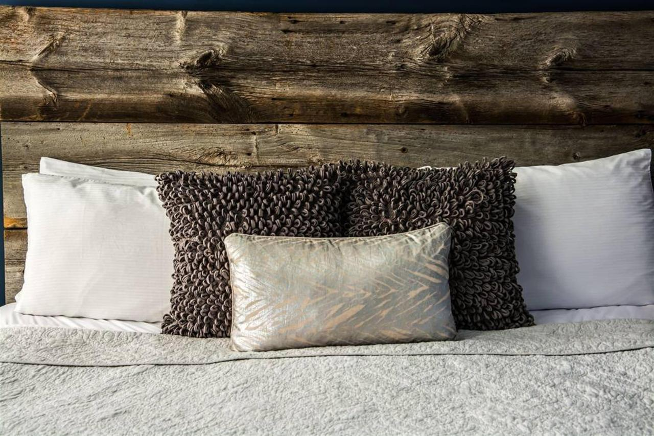 46-pillows-on-bed-1.jpg.1024x0.jpg