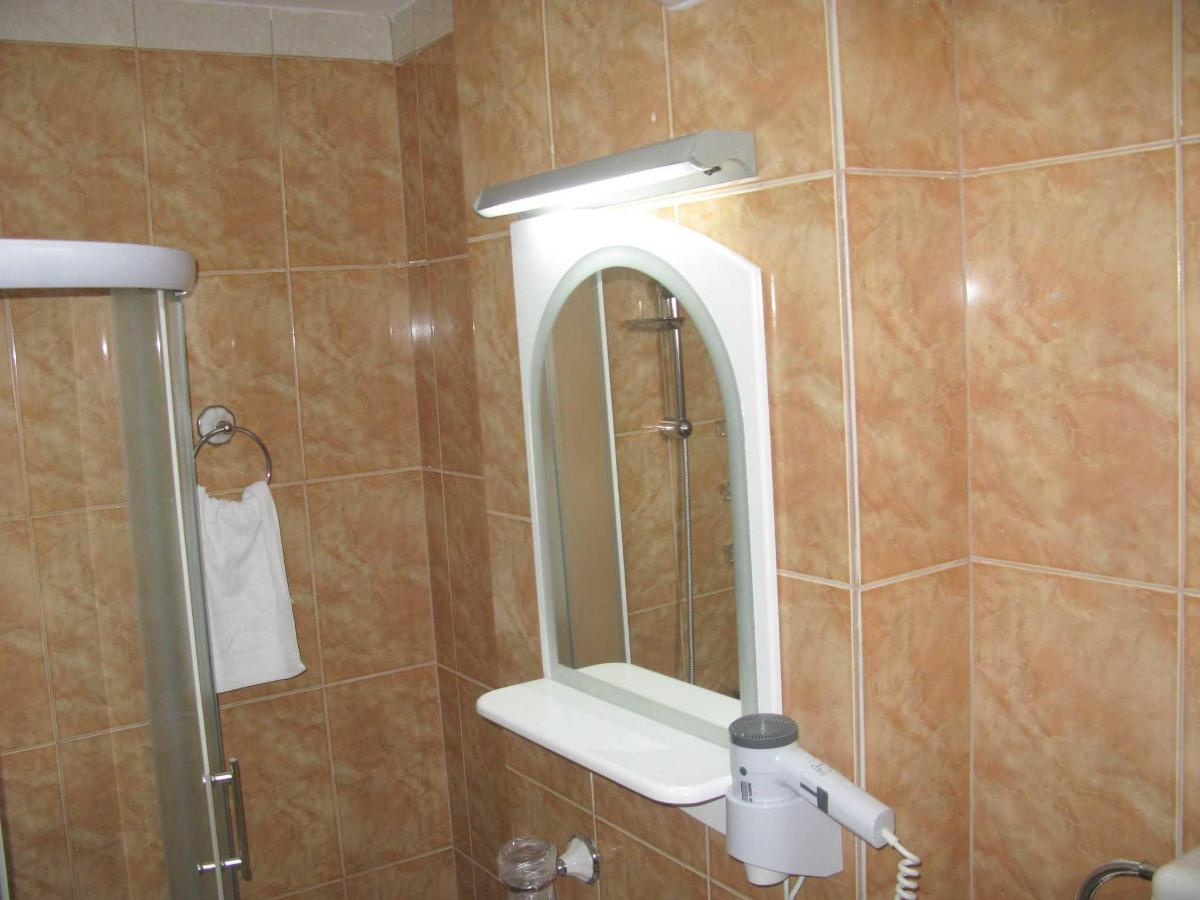 DBL room - bathroom .JPG