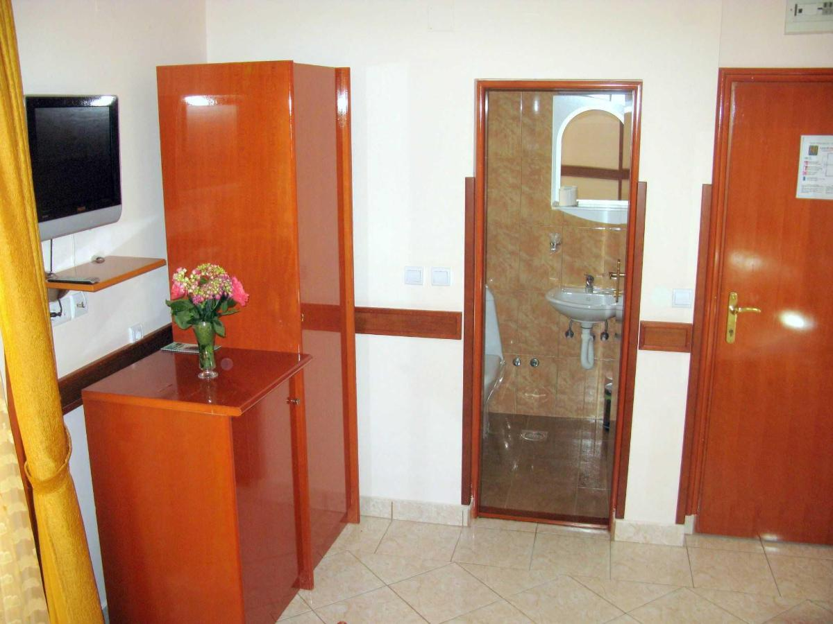 DBL room - bathroom.JPG