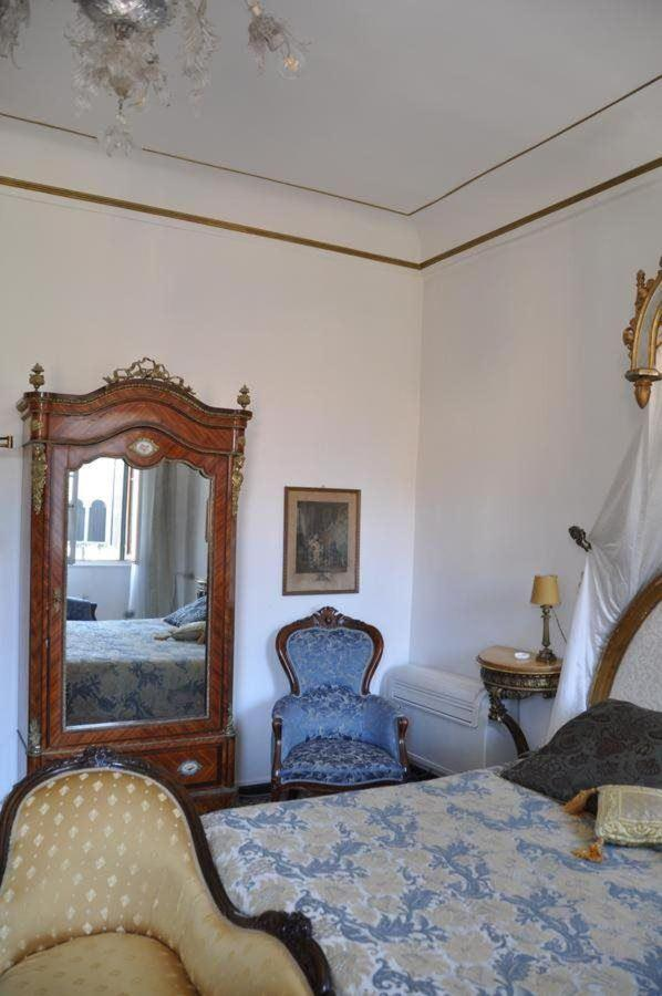 details of the room.jpg