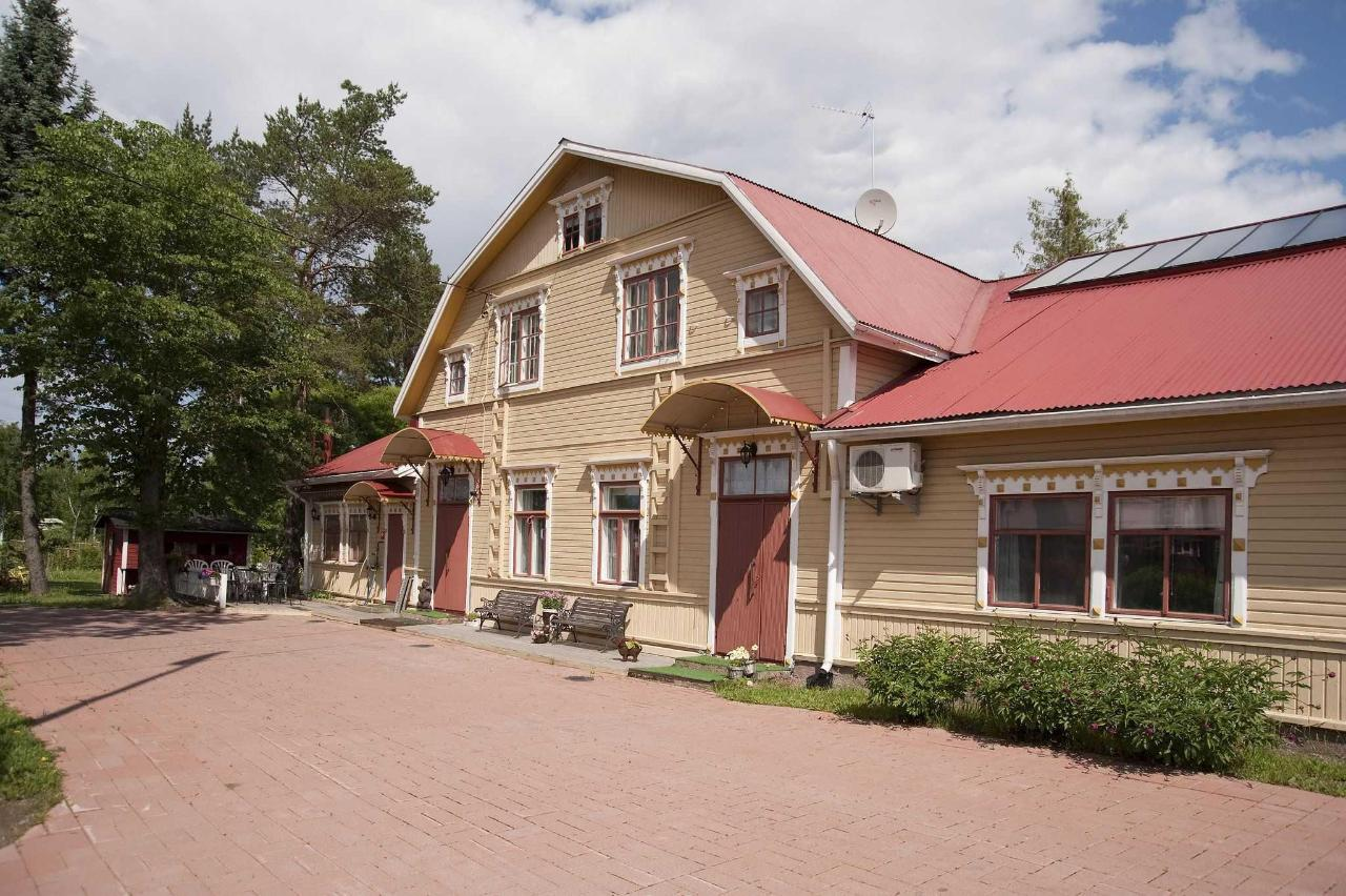 Front of Kartano Hostel.jpg