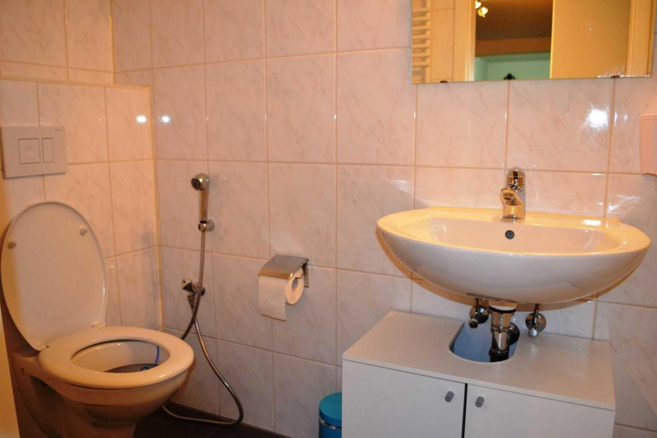 bathroom-downstairs.JPG
