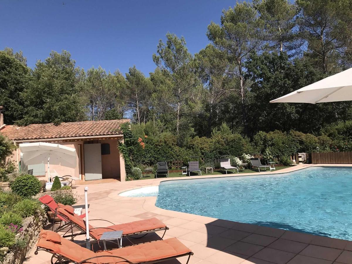 Plages carrelées et gazon synthétique, pool-house, piscine de la Villa Victorai Aix en Provence