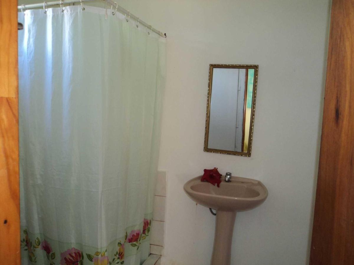 baño de la habitacion matrimonial con un niño