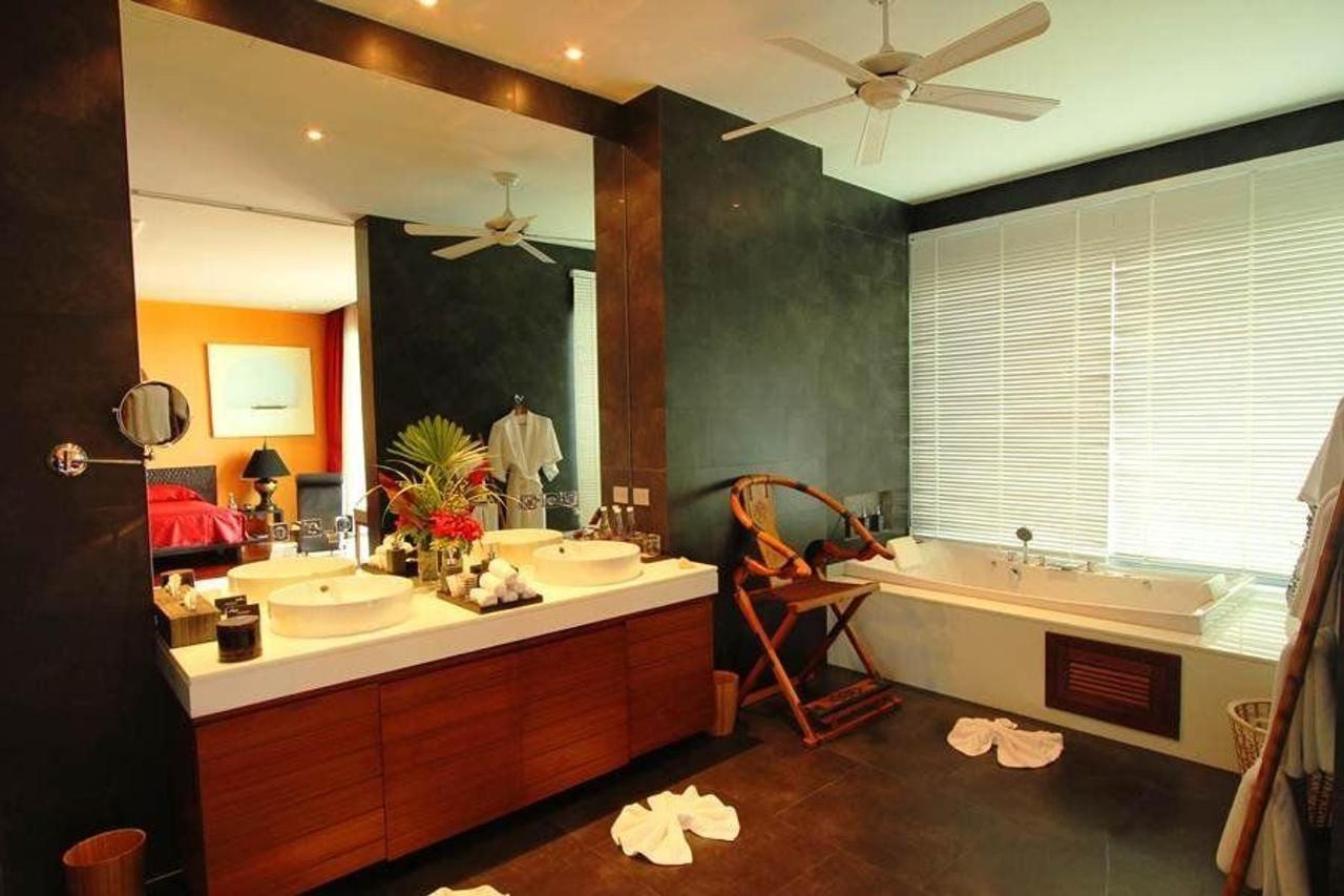 Master bedroom with en suite bathroom and double jacuzzi