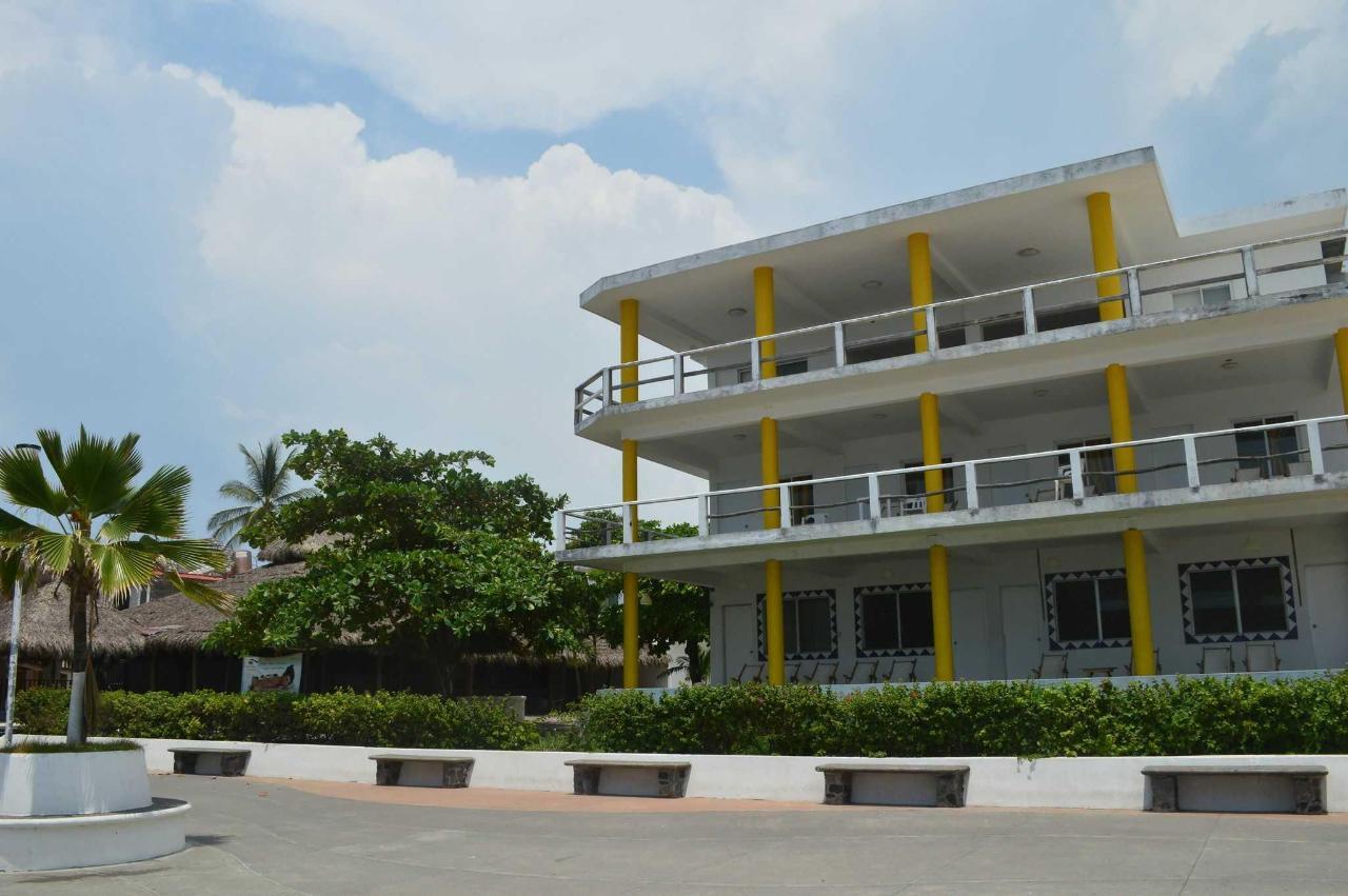 Edificio Delfines frente al mar.JPG
