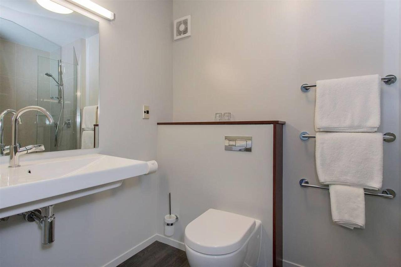 nz147_ch_benvenue_nkt_executivestudiobathroom_view1_241115.jpg.1024x0.jpg