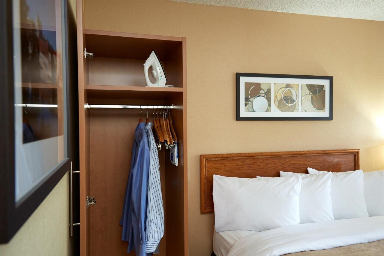 58601218_guestrooms_offer_loads_of_closet_space_.jpg