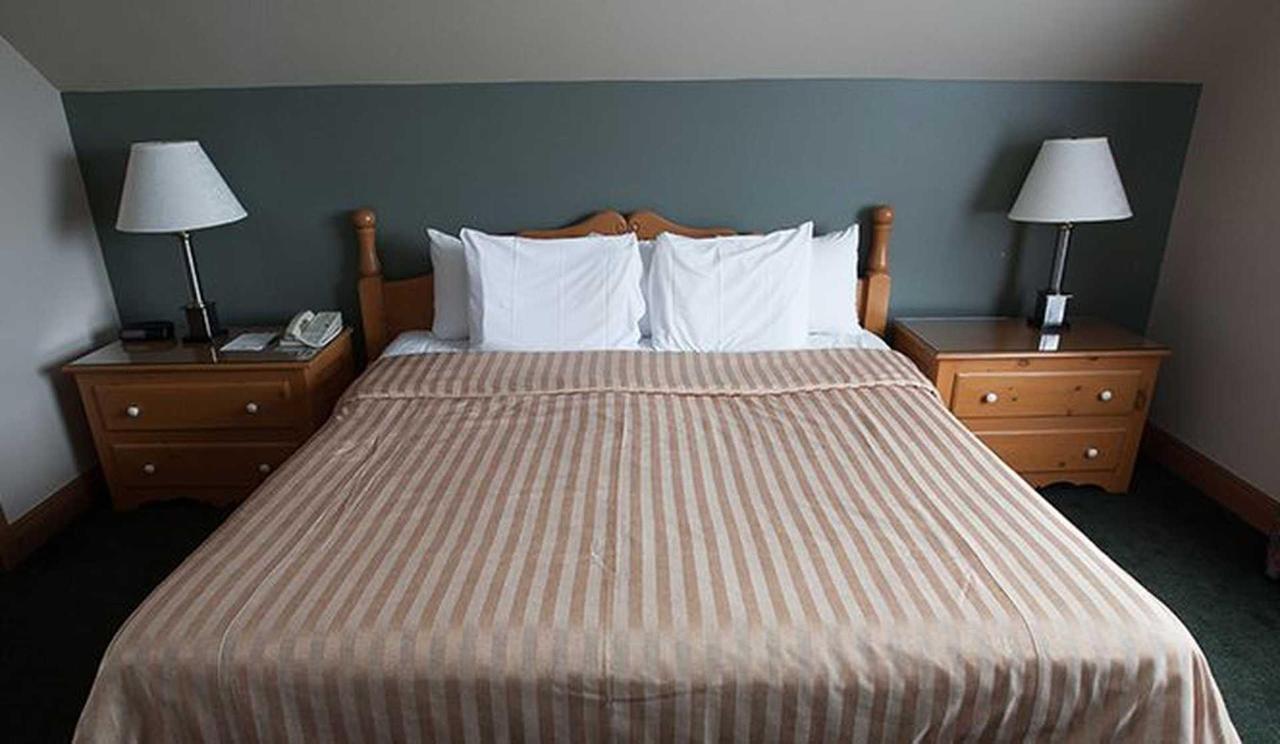 hotel-le-chantecler-suite-lit.jpg.1920x0.jpg