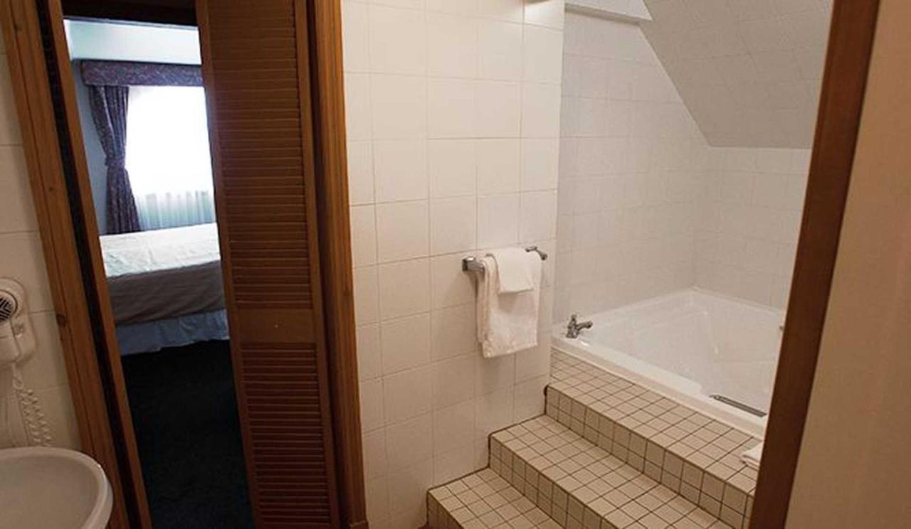 hotel-le-chantecler-suite-salle-de-bain.jpg.1920x0.jpg
