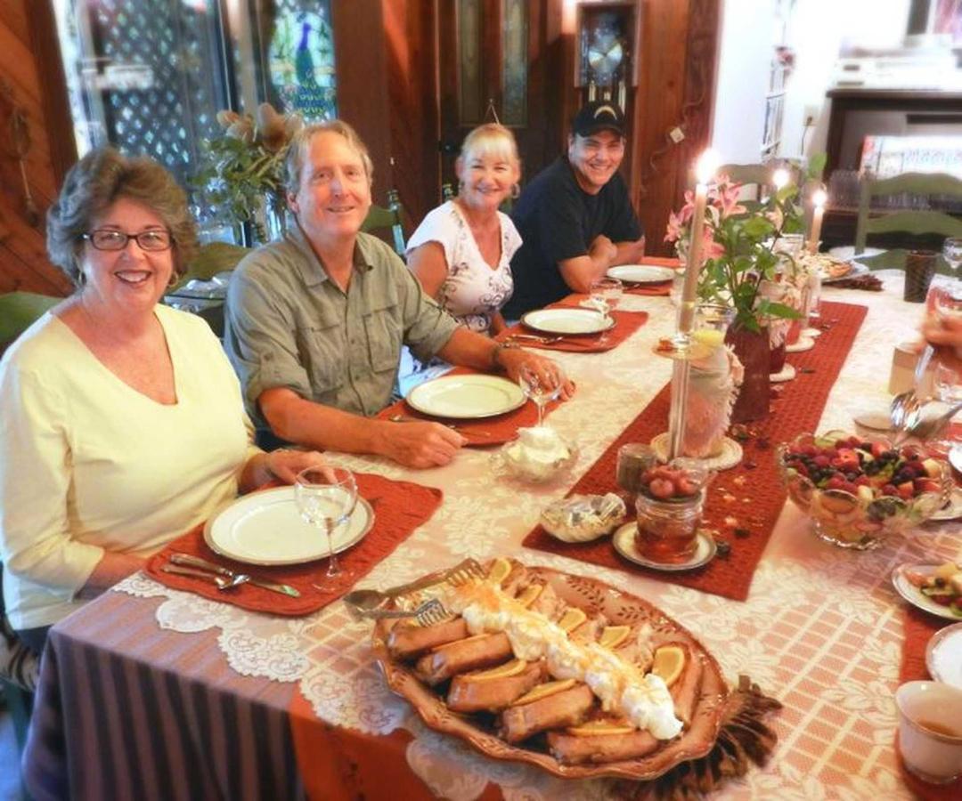 guests-table-1-1.jpg.1920x0.jpg
