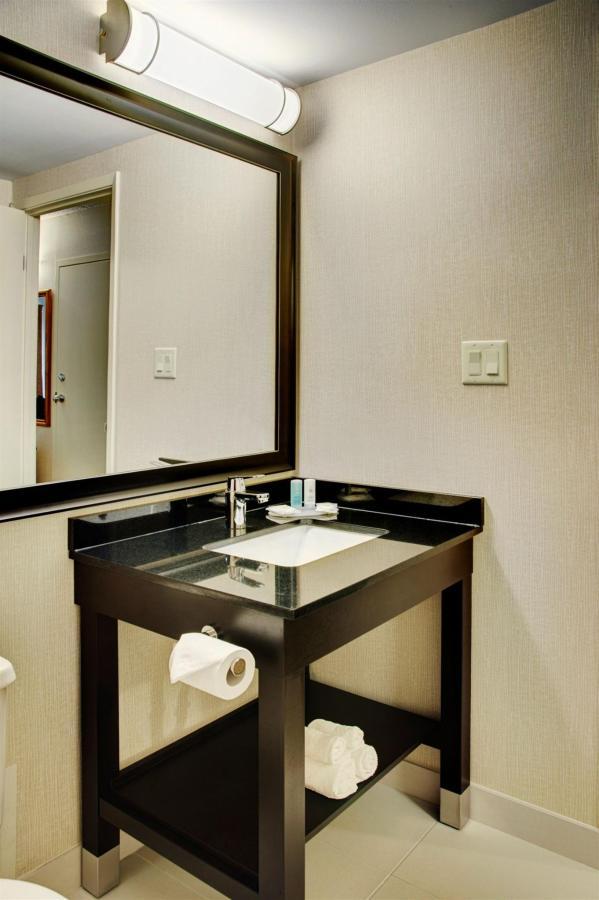 new-guestroom-bathroom.jpg