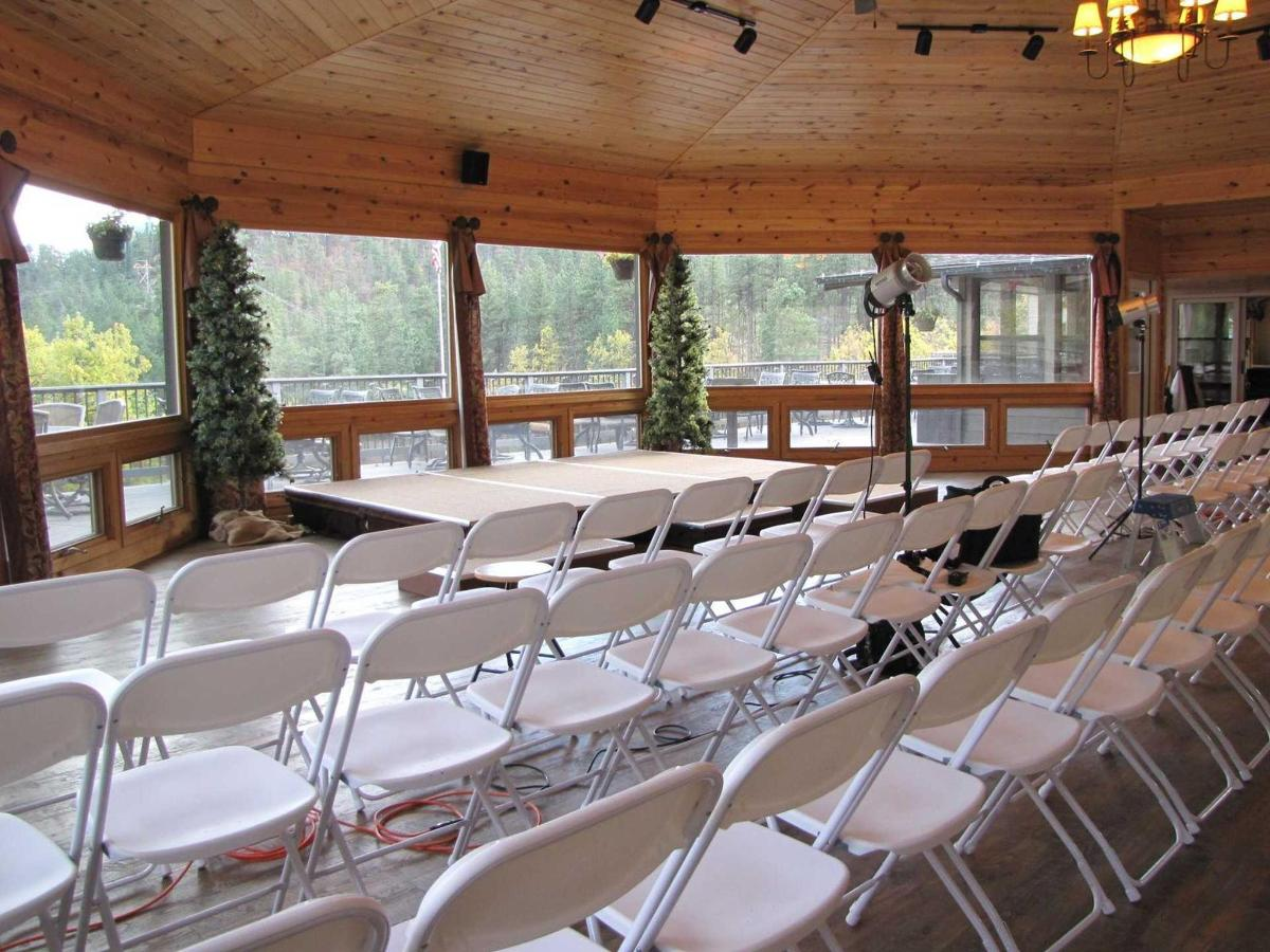 gazebo-set-up-with-guests-facing-meadow-142-guests-21.jpg.1920x0.jpg