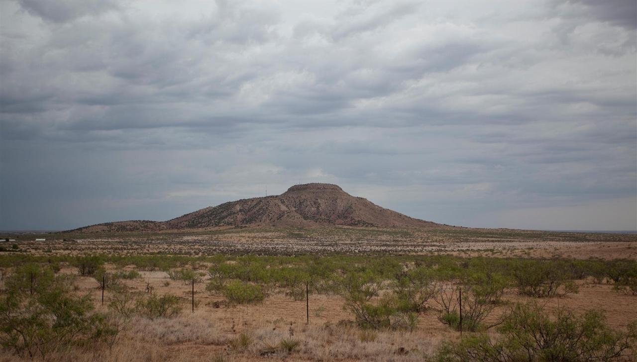 tucumcari-mountain-quay-county-new-mexico-2011.jpg.1920x0.jpg