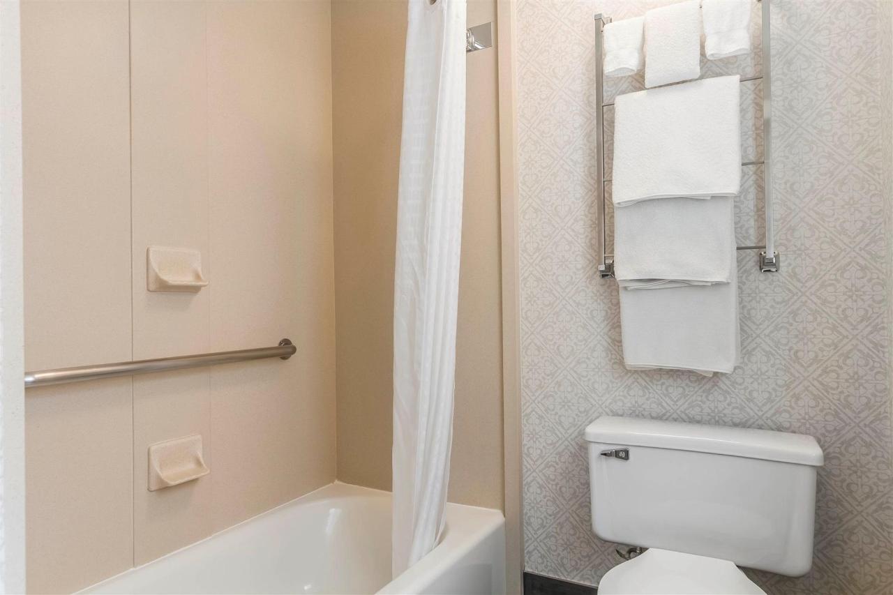 cac81bathroom1.jpg
